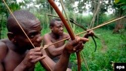 Des survivants de la communauté pygmée Bambuti dans le petit village de Mbau Mikereba, dans la forêt de l'Ituri, dans le nord-est de la République démocratique du Congo (RDC), 31 août 2007. (epa/ Piero Pomponi)