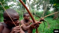 Des survivants de la communauté pygmée Bambuti dans le petit village de Mbau Mikereba, dans la forêt de l'Ituri, dans le nord-est de la République démocratique du Congo (RDC), 31 Août 2007. epa / PIERO POMPONI