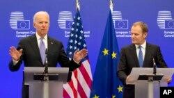 El vicepresidente Biden participa en una conferencia de prensa junto al presidente del Consejo Europeo, Donald Tusk, en Bruselas.