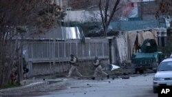 Cảnh sát và lực lượng đặc biệt afghanistan bao vây căn nhà bị các phần tử Taliban tấn công, 28/3/14