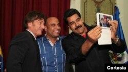 Nicolas Maduro se toma un selfi en el palacio de Miraflores con el actor Sean Penn y el primer ministro de Haití, Laurent Lamothe