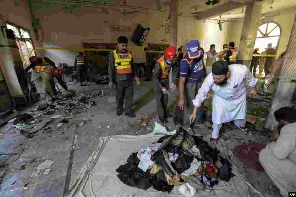 دھماکے کے بعد پولیس اور دیگر سیکیورٹی اداروں کے اہلکار موقع پر پہنچ گئے جنہوں نے شواہد اکھٹا کیے۔