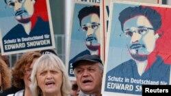 "Warga Berlin berdemo untuk memberikan dukungan bagi Edward Snowden. Banner dalam bahasa Jerman berbunyi: Jerman (Sediakan) Tempat Berlindung untuk Edward Snowden"". (Foto: dok). Dua negara Amerika Latin, Venezuela dan Nikaragua, juga menawarkan suaka bagi Edward Snowden."