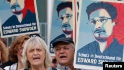 4일 독일 베를린에서 에드워드 스노든을 지지하는 시위대가 스노든 얼굴이 그려진 배너를 들고 시위하고 있다.
