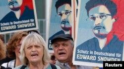 Berlin'de eski Amerikan istihbaratçısı Snowden'i destekleme gösterisi