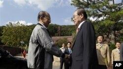 ေတာင္ကိုရီးယားႏုိင္ငံေရာက္ ျမန္မာသမၼတဦးသိန္းစိန္ကို The Saemaul Undong Center President Lee Jai Chang က ႀကိဳဆိုႏုတ္ဆက္စဥ္။