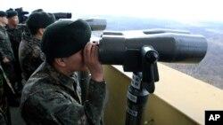 Binh sĩ Hàn Quốc dùng ống nhòm quan sát Bắc Triều Tiên gần làng biên giới Panmunjom, ngày 10/4/2013.