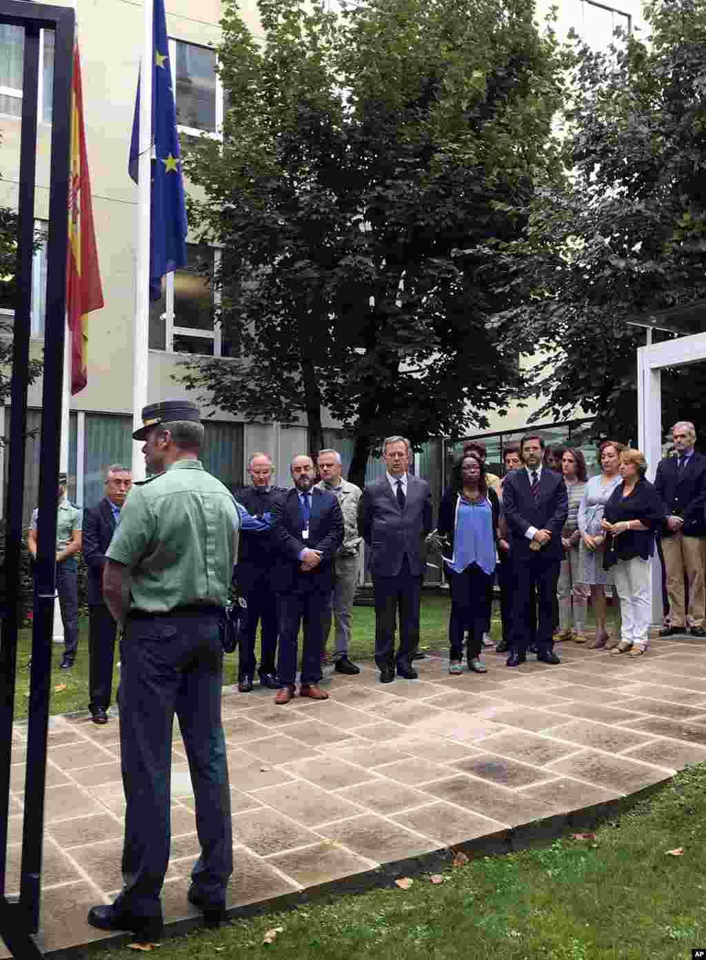 سکوت یک دقیقه ای کارمندان سفارت اسپانیا در فرانسه به نشان همدردی با قربانیان حمله تروریستی در بارسلون اسپانیا