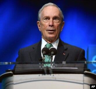 Mantan Walikota New York Michael Bloomberg berbicara dalam acara di Paris, Perancis Desember tahun lalu (foto: dok).
