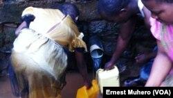 Certains habitants de Bukavu vont dans des bornes fontaines et sources d'eau pour pallier à la pénurie d'eau potable, Sud-Kivu, RDC, 17 septembre 2017. (VOA/Ernest Muhero)