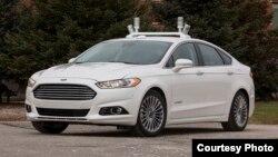 Mobil Ford Fusion yang berperalatan khusus yang bisa berjalan tanpa pengemudi.