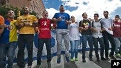 El presidente de la federación de estudiantes, Hasler Iglesias, afirmó desde la embajada española que los ciudadanos necesitan ver resultados ante la grave situación económica y política que atraviesa Venezuela