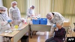 Một phụ nữ tiêm vaccine ở Tokyo ngày 12/04/2021.