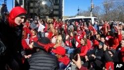 Para demonstran perempuan melakukan aksi duduk di luar Trump International Hotel di Columbus Circle, New York, Rabu (8/3).