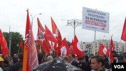 扎纳奥津事件后,俄罗斯左翼势力2012年6月在莫斯科组织集会支持哈萨克石油工人。集会现场标语呼吁罢工并抨击纳扎尔巴耶夫政权。