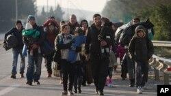 د یونان څخه د مقدونیا د پولې په لور روان پناه غوښتونکي