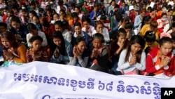 Banyak orang berkumpul di Freedom Park dalam Peringatan Hari Hak Asasi Manusia (HAM) di Phnom Penh, Kamboja, 10 Desember 2016. (REUTERS/Samrang Pring)