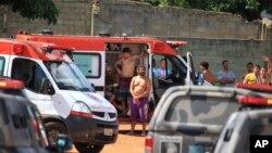 1일 브라질 수도 브라질리아 인근 고이아스주의 교도소에서 폭동이 발생한 후 부상한 수감자들이 구급차에서 치료를 받고 있다.
