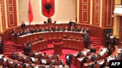 Tiranë: Opozita largohet nga diskutimi i amnistisë fiskale në Parlament