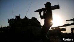 지난달 7일 가자지구에 파견된 이스라엘 군인이 탱크에 포탄을 싣고 있다. (자료사진)