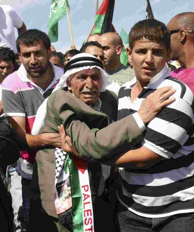 En Jerusalén, el abuelo de Khaled Muhasen se emociona al ver a su nieto liberado de prisión en Israel.