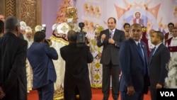 Le président Al-Sissi s'entretient avec des fidèles coptes lors de la messe du réveillon de Noël dans la nouvelle cathédrale copte d'Égypte le 6 janvier 2018.(VOA/ Hamada Elrasam)
