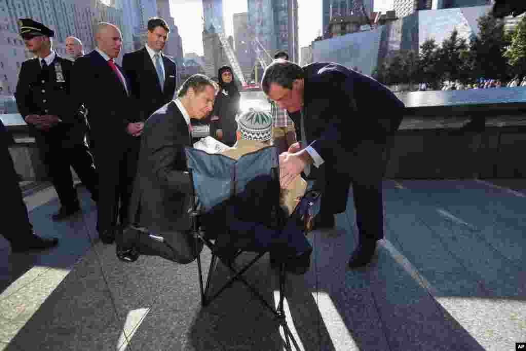El gobernador de Nueva York Andrew Cuomo (a la izquierda) y el gobernador de Nueva Jersey Chris Christie (a la derecha) conversan con Miah Afsaruddin. Su hijo Nural Miah y su nuera Shakila Yasmin murieron en el World Trade Center.