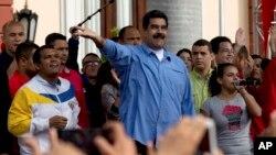 El gobierno de Nicolás Maduro ha sido acusado por la de controlar el poder judicial, el ejército y la prensa.