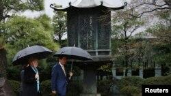 Thủ tướng Đức Angela Merkel và Thủ tướng Nhật Shinzo Abe đi bộ trong vườn của Viện Bảo tàng Nezu ở Tokyo, ngày 9/3/2015.