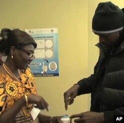La star de la NBA Luol Deng des Bulls de Chicago a pris en charge le transport de dizaines de Sud-Soudanais de l'Etat du Michigan qui sont allés voter à Chicago