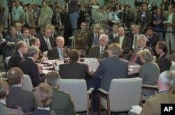 Državni sekretar Warren Christopher otvara plenarnu sesiju mirovnih pregovora u vazduhoplovnoj bazi Wright-Patterson u Daytonu, Ohio, 1. novembra 1995. AP Photo/Joe Marquette