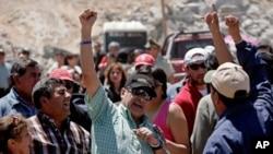 구출된 한 칠레 광부가 구조 후 환호성을 지르며 기뻐하고 있다.(사진중앙)