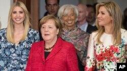 Ivanka Trump, putri Presiden AS Donald Trump (kiri) tiba bersama Kanselir Jerman Angela Merkel dan Ratu Maxima dari Belanda (kanan) pada acara KTT Perempuan G-20 di Berlin, Selasa (25/4).