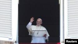 Le pape salue la foule, au Vatican, le 30 juillet 2017.