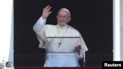 Paus Fransiskus memimpin misa di Vatikan, Minggu (30/7).