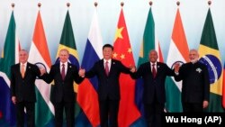 Dari kiri, Presiden Brasil Michel Temer, Presiden Rusia Vladimir Putin, Presiden China Xi Jinping, Presiden Afrika Selatan Jacob Zuma dan Perdana Menteri India Narendra Modi berpose dalam sesi foto saat Konferensi BRICS di Xiamen International Conference and Exhibition Center di Xiamen, tenggara Provinsi Fujian di China, 4 September 2017.