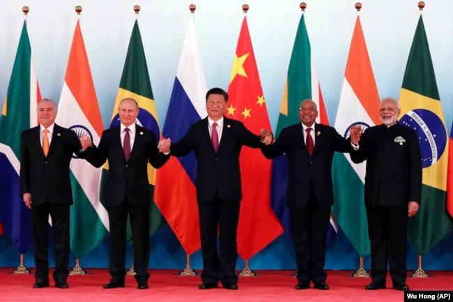 金磚集團五國領導人在廈門金磚峰會上合影,左起:巴西總統特梅爾,俄羅斯總統普京,中國國家主席習近平,南非總統祖馬,印度總理莫迪(2017年9月4日)