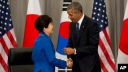 31일 미국 워싱턴에서 개막한 핵안보정상회의 참석 차 방미한 박근혜 한국 대통령(왼쪽)이 미한일 정상회담을 마친 후 바락 오바마 미국 대통령과 악수하고 있다.