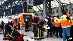 Pasajeros heridos son atendidos en la plataforma de una estación de tren en Barcelona, España, el viernes, 28 de julio de 2017.