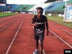 Idrissa Kargbo gets ready to run at the National Stadium, Freetown, Sierra Leone, Oct. 21, 2013 (N.deVries for VOA).