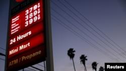 资料图片-美国加利福尼亚州洛杉矶的一个加油站