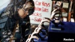 15일 뉴욕에서 한 여성이 보석상 진열대를 바라보고 있다. (자료사진)