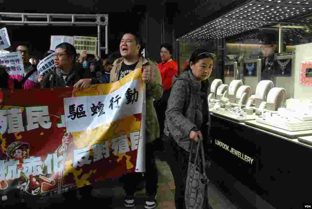 在廣東道逛街的大陸遊客, 避開「驅蝗行動」遊行人士