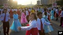 Người dân Bắc Triều Tiên nhảy 1 điệu múa dân tộc ở Bình Nhưỡng, 9/9/2012, nhân dịp Quốc khánh nước này