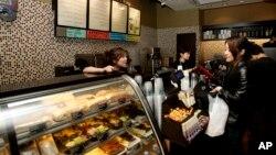 Salah satu gerai Starbucks di Shanghai, China (foto: dok). Starbucks pekan ini membukai gerai baru di Shanghai yang merupakan gerai terbesar di dunia.
