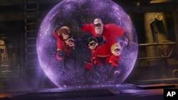 """Esta imagen difundida por Disney Pixar muestra una escena de """"Incredibles 2"""""""