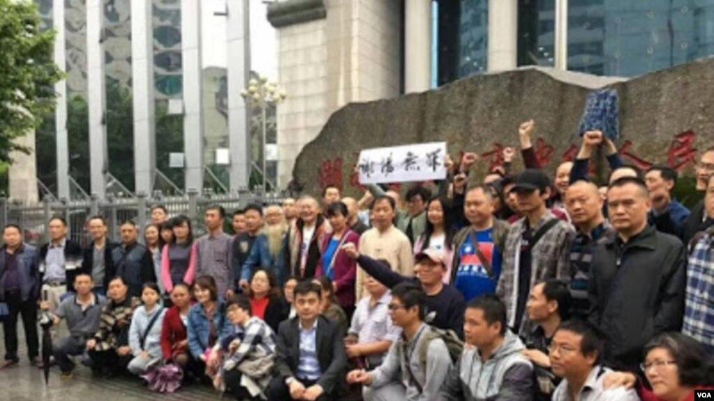 """網絡圖片公民及在押律師家屬赴長沙圍觀謝陽律師""""庭審"""""""