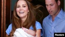 23일 영국 윌리엄 왕세손과 케이트 미들턴 왕세손비 부부가 갓난 아들을 안고 런던 세인트 메리 병원을 나오고 있다.