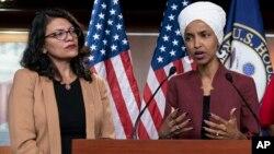 Anggota DPR AS dari Partai Demokrat: Rashida Tlaib (kiri) dan Ilhan Omar berbicara di Capitol Hill, Washington DC.