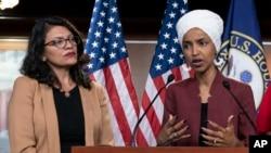 美国众议员奥马尔(右)和众议员特莱布在国会大厦举行的新闻发布会上发表讲话。(2019年7月15日)